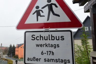 An der ehemaligen Gärtnerei im Unterdorf von Taura hat die Gemeinde an der Hauptstraße neue Bushaltestellenschilder aufgebaut.