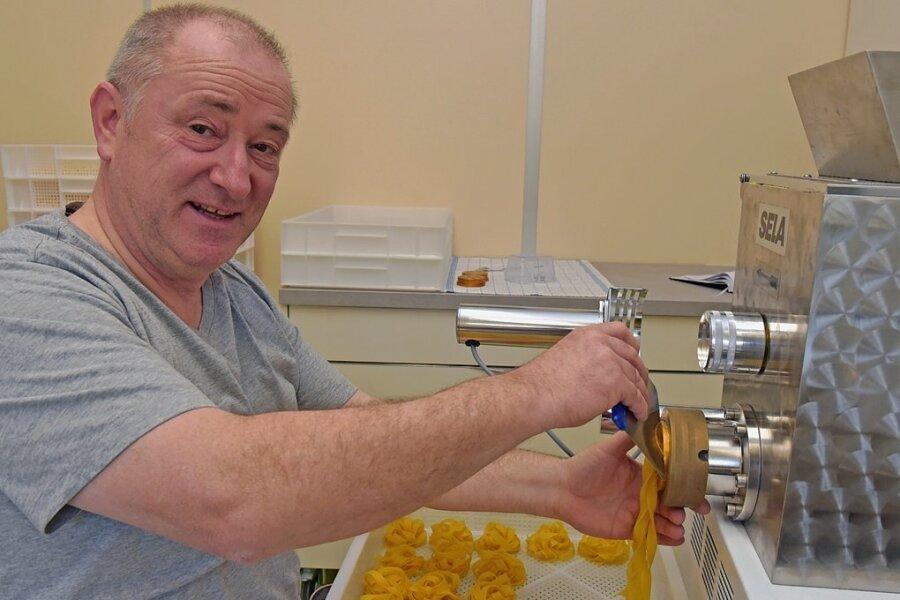 Jens Kaltofen fertigt in Manufakturarbeit diverse Nudelerzeugnisse. Der Lugauer firmiert unter dem Namen Harfesigg und vertreibt seine Erzeugnisse als Direktvermarkter.