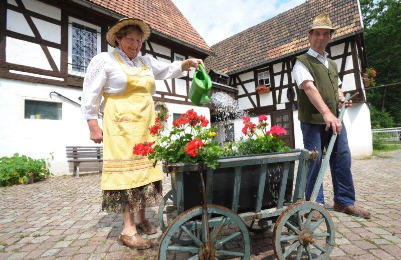 Zum Hoffest in der Bräunsdorfer Niedermühle laden am Samstag Brunhilde und Günter Käferstein ein. Bereits am Donnerstag begannen sie, ihren Hof für die zahlreiche Gäste zu schmücken.
