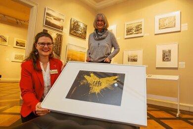 Arbeiten von Günter Weiß sind in einer neuen Ausstellung im Vogtlandmuseum zu sehen. Zusammengestellt wurde sie von Kunsthistorikerin Sarah Brandt. Hannelore Weiß (rechts), Ehefrau des verstorbenen Künstlers, zeigte sich voll des Lobes.