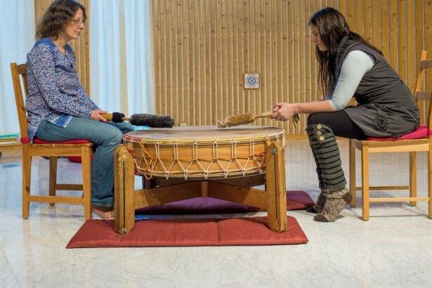 Schweige-Trommlerin Lilli Vostry (links) mit Seminarleiterin Corynna Kilian in Schmiedeberg.