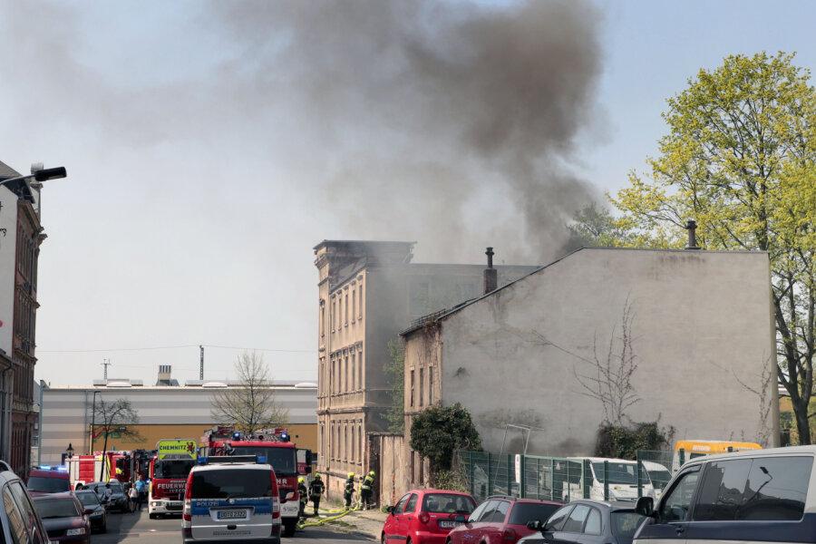 Aus dem leerstehenden Gebäude in der Lessingstraße dringen dicke Rauchwolken.