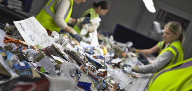 Vor allem am Anfang der Mülltrennungskette geht ohne das menschliche Auge und Handarbeit wenig bei der Sortierung.