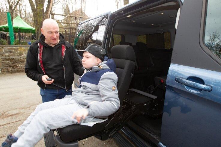 Einem Ausflug in die Natur, wie hier in den Plauener Stadtpark, steht nichts mehr im Weg. Colins Rollstuhl lässt sich problemlos in der neuen Großraum-Limousine verstauen - der Kofferraum ist riesig.