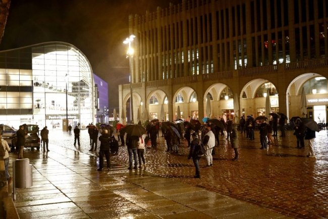 Etwa 50 Menschen haben am Freitagabend in Chemnitz für das Stattfinden des Weihnachtsmarktes und gegen die geltenden Coronaregeln demonstriert.