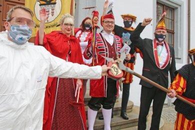 Freibergs Oberbürgermeister Sven Krüger (l.) übergab den Rathausschlüssel an die Ritter und Fräulein des Freiberger Karneval Klubs.