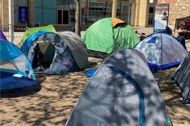 Mit einem Protestcamp, das ein Flüchtlingslager an der EU-Südgrenze symbolisieren soll, machen Seebrücke-Aktivisten am Samstag in Chemnitz auf Menschenrechtsverletzungen aufmerksam.
