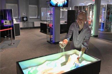 Florian Rau hat die Augmented-Reality-Sandbox, die mit Computertechnik verbunden ist, selbst gebaut. Damit können Landschaften geformt und immer wieder verändert werden.