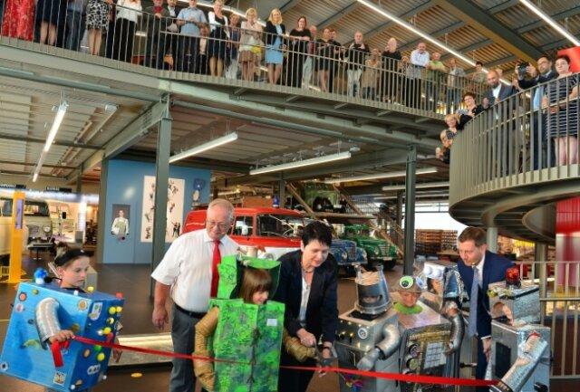 Ministerpräsident Michael Kretschmer (r.), Bürgermeister Thomas Firmenich und seine Frau, die CDU-Landtagsabgeordnete Iris Firmenich, eröffneten mit sechs Friedhelm-Robotern die Zeit-Werk-Stadt.
