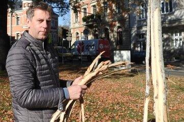 Karsten Piehler neben dem mutwillig zerstörten Baum. Foto: André Kleber