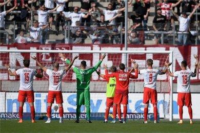 Feiern auf Abstand: Zwickaus Spieler genossen nach dem 2:1-Auftaktsieg gegen Unterhaching die Freude der Fans.