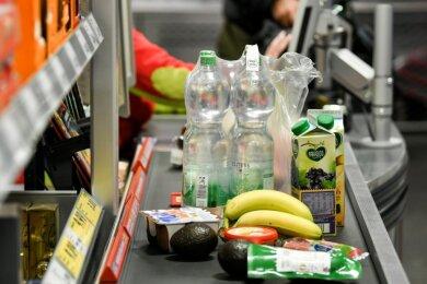 Kanzlerin Merkel sieht von der Osterruhe ab. Chemnitzer Lebensmittelhändler zeigen sich erleichtert darüber, dass die Märkte am Gründonnerstag doch öffnen dürfen.