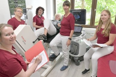 Tina Hagen (mittig am Monitor), hier mit ihrem Team und Patientin Heidi Lengsfeld, hat am Wernerplatz ihre neue Praxis eröffnet. Die Nähe zum Busbahnhof sieht sie als großen Vorteil für Patienten.