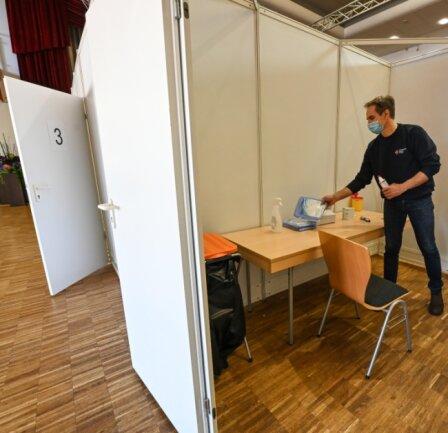 Im Saal der Limbach-Oberfrohnaer Stadthalle wurden mit mobilen Wänden sechs Impfkabinen aufgebaut.