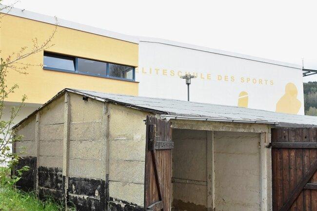 Für die anstehende Erweiterung der Dreifelder-Sporthalle am Schulzentrum auf dem Klingenthaler Amtsberg müssen Garagen am Wohnhaus Amtsberg 18 (Foto) weichen.