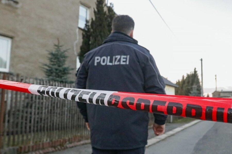 In Oberfrohna war am 7. März dieses Jahren ein Streit zwischen zwei Männern eskaliert. Ein damals 73 Jahre alter Mann zog schließlich eine Pistole und feuerte einen Schuss auf einen 41-Jährigen ab. Der starb dadurch. Die Polizei sperrte den Tatort weiträumig ab. Der mutmaßliche Schütze wurde wenige später unweit des Tatortes festgenommen.