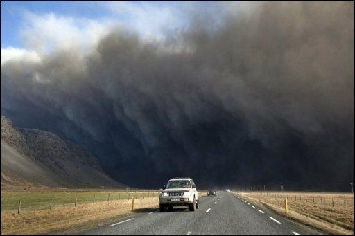 Der Eyjafjöll-Vulkan in Island weiterhin Asche in die Luft bläst und sich die Luftströmungen nach einer Einschätzung des Deutschen Wetterdienstes vorerst kaum ändern dürften, ist ein Ende der Flugverbote nicht absehbar.