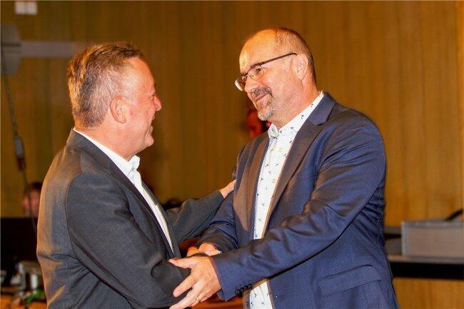Amtsinhaber Ralf Oberdorfer (FDP, links) gratulierte am Sonntagabend seinem Nachfolger Steffen Zenner (CDU, rechts). Der wird das Amt zum 1. September antreten. Foto: Ellen Liebner