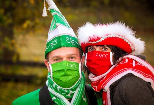 """Aufgrund der Pandemie wurde die """"Dienstkleidung"""" des Gelenauer Carnevalsclubs, hier Schatzmeister Steve und seine Frau Ramona Rother, für die traditionelle Rathauserstürmung um Masken ergänzt. Ob und wo die schicken neuen Teile nun zum Einsatz kommen (können), ist allerdings fraglich."""