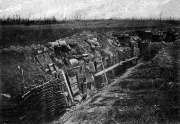 Ein deutscher Soldat spaziert am 24. April 1915 durch einen Schützengraben vor Ypern in Westflandern. Vor 100 Jahren, am 9. November 1918, ging der Erste Weltkrieg zu Ende.