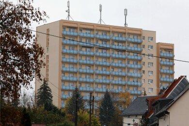 16 Bewohner und elf Mitarbeiter der Einrichtung in Hohenstein-Ernstthal wurden bis Freitagmittag positiv getestet.