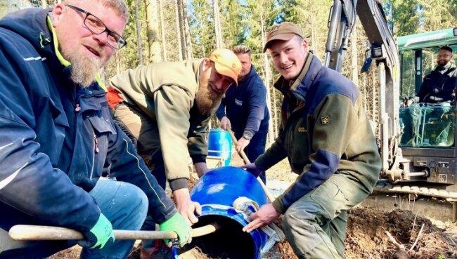 Fast geschafft: Alexander Mai, Revierförster Tobias Hamm und Kevin Langer (von links) befördern die Ameisen in den neuen Bau.