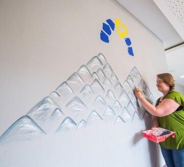 Melanie Auerswald an ihrem Wandbild.