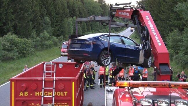Abtransport im Hochvolt-Container: Der Tesla wurde am Sonntag verladen.