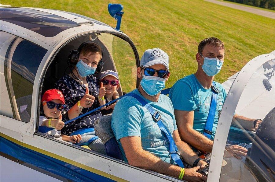 Zu den Besuchern des Auerbacher Flugplatzes zählte auch die Familie Schmalfuß aus Eich: Vater Bastian, Mutter Julia und die Sprösslinge Moritz und Anna freuten sich über einen Rundflug mit Pilot Thomas Hölig.