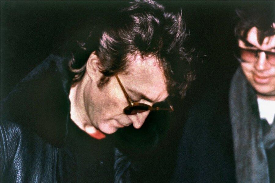 John Lennon und sein Mörder, der sich nur Stunden vor der Tat Lennons letztes Album signieren ließ.