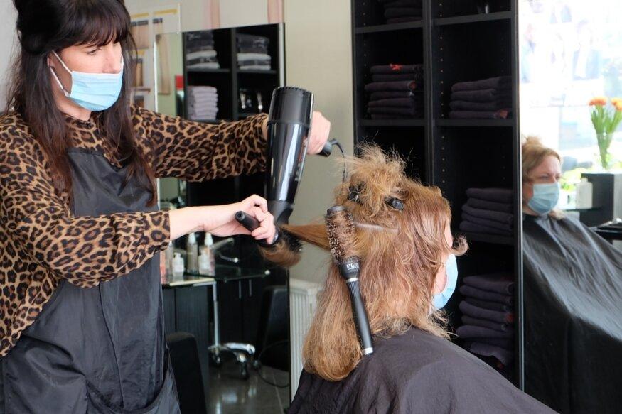 Katy Neubert gehörte am gestrigen Montag zu den ersten Kundinnen im Oelsnitzer Friseursalon Madeleine. Sie freute sich ebenso wie Friseurin Kathleen Stäps, dass endlich wieder geschnitten, gefärbt und geföhnt werden darf.
