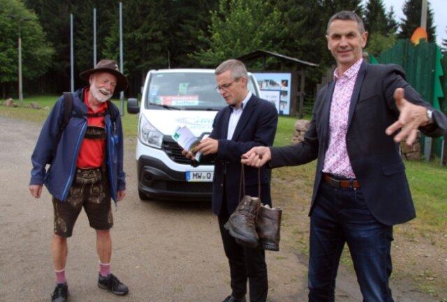 Wanderfachmann Lothar Wunderlich, Mathias Korda vom VMS und Michael Funke, Bürgermeister von Rechenberg-Bienenmühle (v.l.), vor dem Wanderbus in Holzhau.
