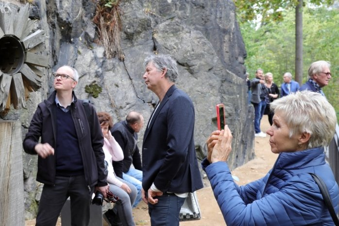 Zur Eröffnung des sanierten Schlossparks in Schwarzenberg am Tag der Deutschen Einheit standen auch die Skulpturen am Kunststeig im Mittelpunkt vonGesprächen: Im Bild fachsimpeln Gartenarchitekt Alexander Schroeder (l.) und Hartmut Rademann über die Arbeit von Peter Helmstetter.