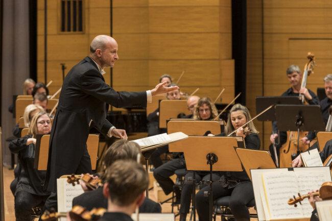 In der leeren Stadthalle spielte die Robert-Schumann-Philharmonie das 8. Sinfoniekonzert - live übertragen im Deutschlandfunk.