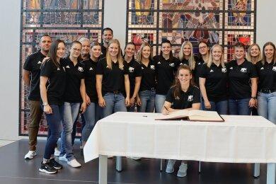 Die Mannschaft des BSV Sachsen Zwickau mit Kapitänin Isa-Sophia Rösike (am Tisch) nach dem Eintrag ins Ehrenbuch der Stadt.