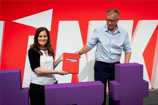 Die beiden Spitzenkandidaten für die Bundestagswahl, Janine Wissler und Dietmar Bartsch, mit dem Wahlprogramm in Berlin.