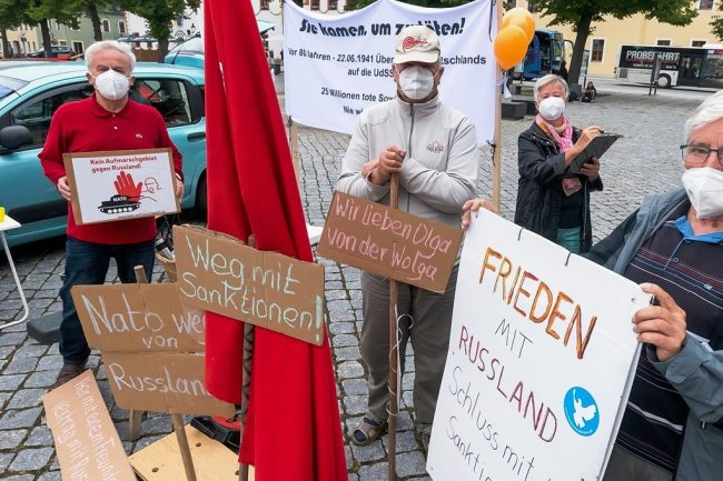 An der Mahnwache in Marienberg beteiligten sich auch Dietmar Herrmann, Norbert und Renate Staffa sowie Jürgen Vogelsang (v. l.).
