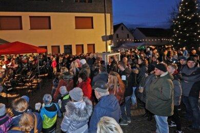 """Traditionell geht der Reinsdorfer Weihnachtsmarkt vor der Gemeindeverwaltung über die Bühne. Am 5. und 6. Dezember gibt's Glühwein und Weihnachtslieder vor der Kita """"Anne Frank""""."""