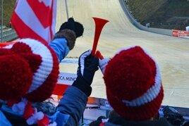 Der Aufsprunghang, mit Schnee aus dem Vorwinter belegt: Die Vogtland-Arena ist bereit für die Eröffnung der olympischen Saison.