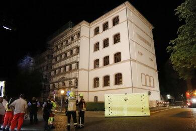 Am späten Montagabend ist ein Mann auf dem Dach der Georg-Weerth-Oberschule herumgelaufen und hat damit einen Feuerwehreinsatz ausgelöst.