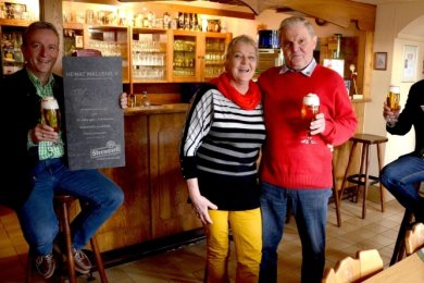 Ilona und Peter Jahnsmüller stoßen mit Sternquell-Geschäftsführer Jan Gerbeth (links) und Gebietsverkaufsleiter René Hofmann aufs 30-Jährige und die Rente an.
