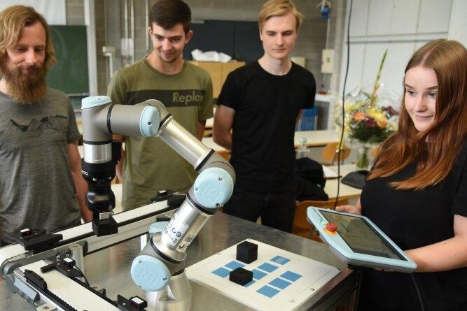 Die Roboter-Technik soll das Interesse bei angehenden Lehrlingen für Berufe in der Industriebranche wecken. Berufsschullehrer Christian Scheer (links) hat zusammen mit den Azubis Max Fuchs Anthony Thierbach und Esmeralda Pätz (von links) den Roboter am Berufsschulzentrum in Oelsnitz vorgeführt.