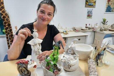 Nancy Ehnert hat viele Anschauungsobjekte in ihrem Töpfertreff ausgestellt.