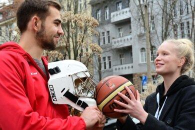 Mark Arnsperger ist Torhüter bei Eishockey-Zweitligist Crimmitschau, seine Freundin spielt Basketball bei Zweitligist Chemcats. Die Beiden gehören zu den ganz wenigen Sportlern, die derzeit noch am Trainings- und Wettkampfbetrieb teilnehmen dürfen.