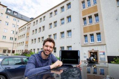 """Kevin Meinel leitet seit Juli das neue Projekt """"Initiative Medienbildung Vogtland"""", das am Plauener Albertplatz verortet ist. Veranstaltungen werden zukünftig aber im gesamten Landkreis stattfinden."""