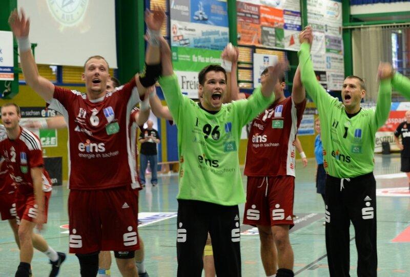 Kevin Roch, Eric Töpfer und Radek Musil (von links) jubeln gemeinsam mit ihren Teamgefährten und den begeisterten Zuschauer über den Sieg gegen den Bundesligisten Lemgo.