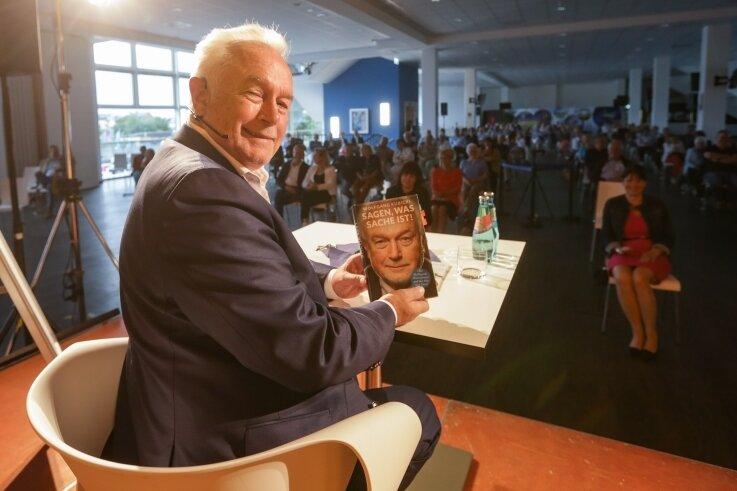 FDP-Politiker Wolfgang Kubicki im Stadion mit seinem Buch, in dem er über Politik und Moral, aber auch über sein Privatleben schreibt.