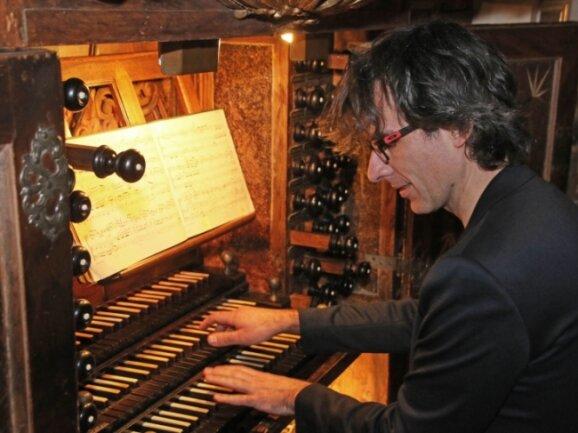 Domorganist und Präsident der Gottfried-Silbermann-Gesellschaft Albrecht Koch an der Großen Silbermann-Orgel im Freiberger Dom.