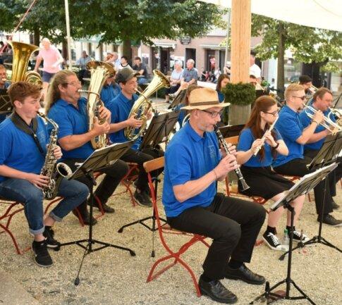 Die Firma Buffet Crampon verlegte gestern Nachmittag ihr Sommerfest auf den Marktplatz von Markneukirchen. Unter anderem trat dabei das Werksorchester (im Foto) auf.