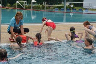 Am Ende der Stunde nimmt Carmen Weißbach ihre Schützlinge am Beckenrand in Empfang. Sie müssen sich aus dem Wasser stemmen.